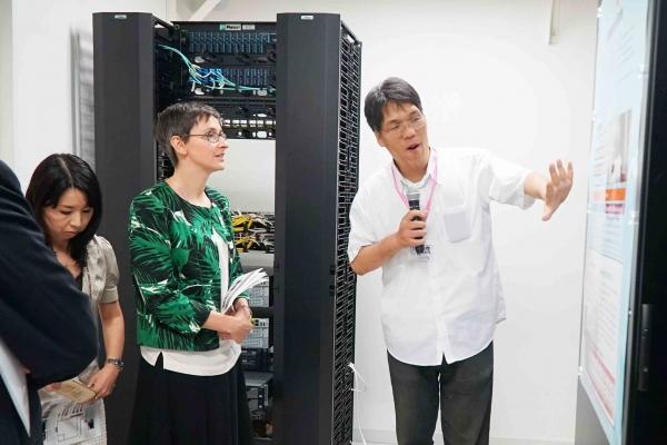 木下教授のスーパーコンピュータの説明を受けるご様子